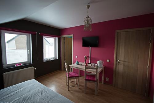 elle est situe ltage de notre maison et accessible par un escalier en colimaon chambre rose - Chambre Bois De Rose